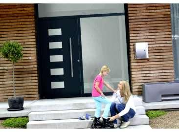 Входные двери внутрь или наружу: какой способ открывания выбрать?